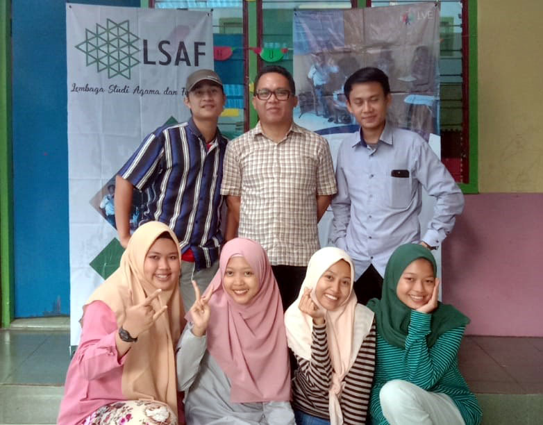 Facilitator Iqbal Hasanuddin (middle back row) with happy participants
