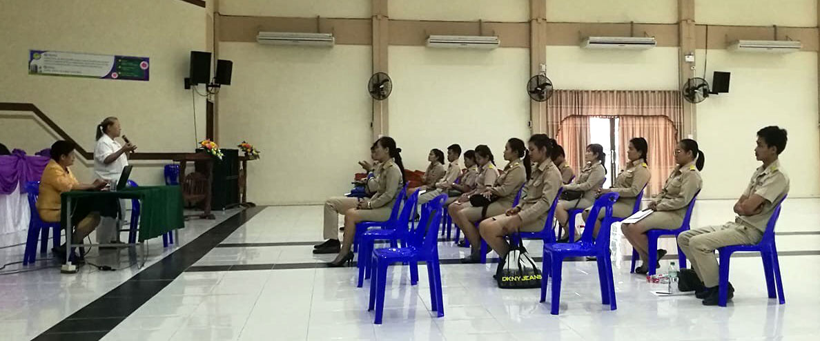 B. K. Pinthip Yangchareon and Dr. Pintip Juntarathep talked to school teachers in the uniform of government officers about using values activities at schools.